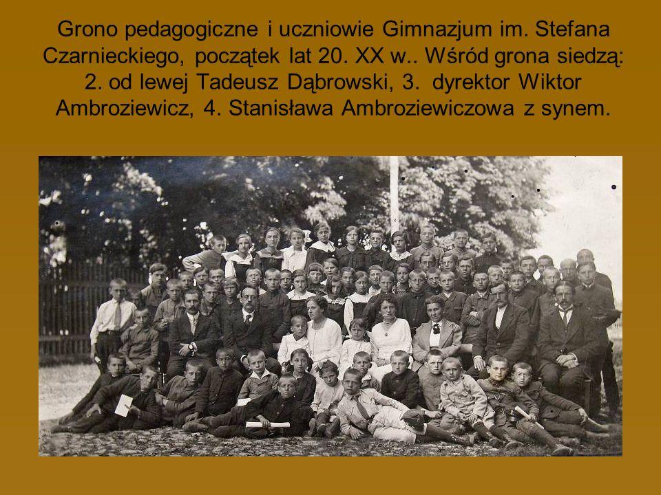 Grono pedagogiczne i uczniowie Gimnazjum im. Stefana Czarnieckiego, początek lat 20. XX w.. Wśród grona siedzą: 2. od lewej Tadeusz Dąbrowski, 3. dyre