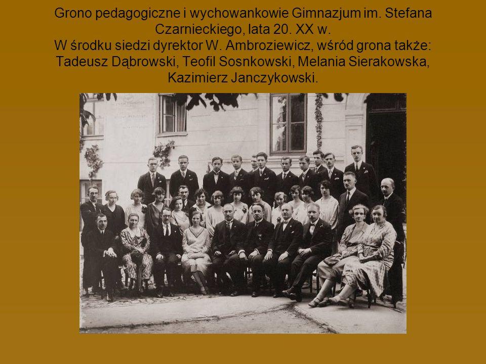 Grono pedagogiczne i wychowankowie Gimnazjum im. Stefana Czarnieckiego, lata 20. XX w. W środku siedzi dyrektor W. Ambroziewicz, wśród grona także: Ta