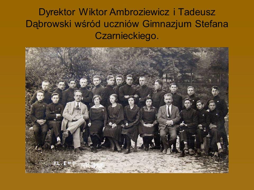 Dyrektor Wiktor Ambroziewicz i Tadeusz Dąbrowski wśród uczniów Gimnazjum Stefana Czarnieckiego.