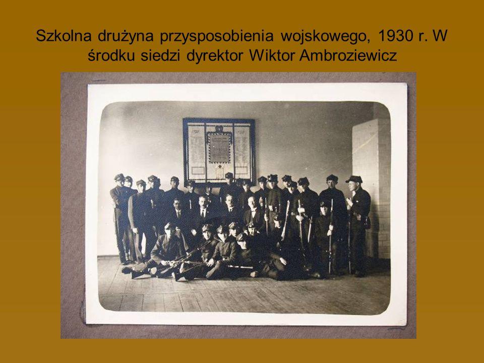 Szkolna drużyna przysposobienia wojskowego, 1930 r. W środku siedzi dyrektor Wiktor Ambroziewicz