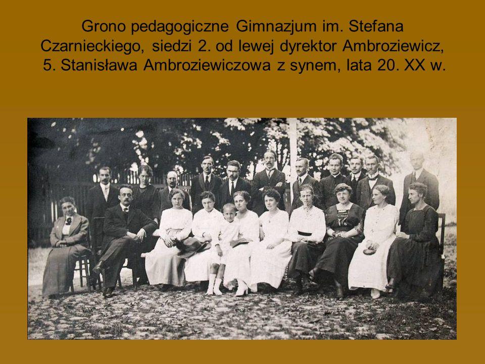Grono pedagogiczne Gimnazjum im. Stefana Czarnieckiego, siedzi 2. od lewej dyrektor Ambroziewicz, 5. Stanisława Ambroziewiczowa z synem, lata 20. XX w
