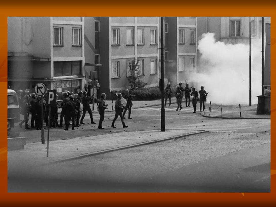 Rynek (dawniej pl. Wolności), róg ul. Odrodzenia. Oddziały ZOMO - robiąc wypady w ulice odchodzące od Rynku - starają się odepchnąć demonstrantów od c