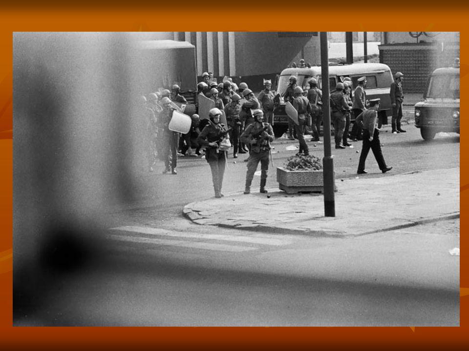 Rynek (wówczas pl. Wolności). Oddziały ZOMO ostrzeliwują petardami i gazem łzawiącym otaczających ich ludzi.