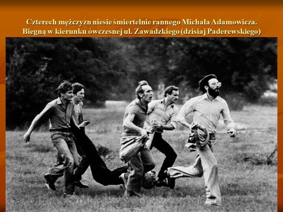 Chwilę później śmiertelnie ranny zostaje Michał Adamowicz. Zomowcy wpadają w swoisty amok. W ramach utworzonych grup rajdujących jeżdżą po mieście sam