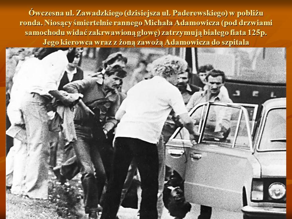 Czterech mężczyzn niesie śmiertelnie rannego Michała Adamowicza. Biegną w kierunku ówczesnej ul. Zawadzkiego (dzisiaj Paderewskiego)
