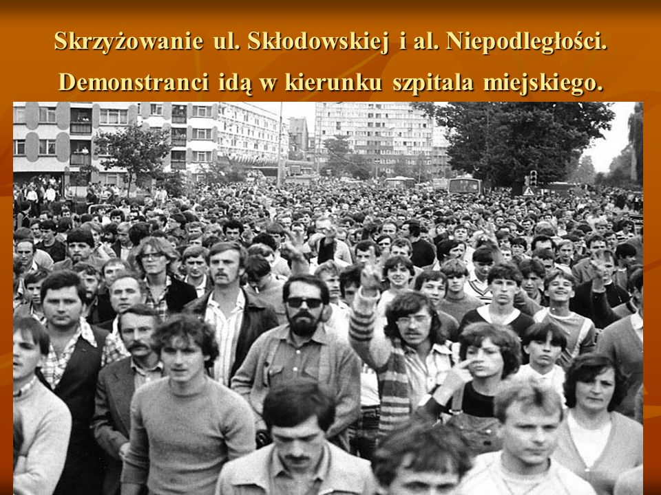 1.09.1982 r. Ul. Kopernika. Po uformowaniu się pochodu demonstranci idą w kierunku al.. Niepodległości i dalej do szpitala