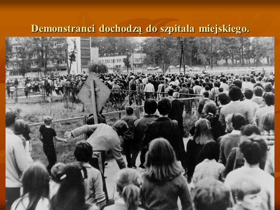 Skrzyżowanie ul. Skłodowskiej i al. Niepodległości. Demonstranci idą w kierunku szpitala miejskiego.