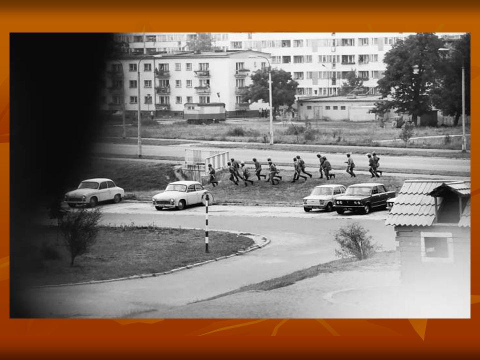 Oddziały ZOMO próbują wejść w głąb osiedla Świerczewskiego.