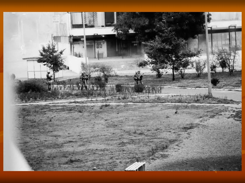 Oddziały ZOMO próbują wejść w głąb osiedla Świerczewskiego, ale boją się zapędzać między bloki.