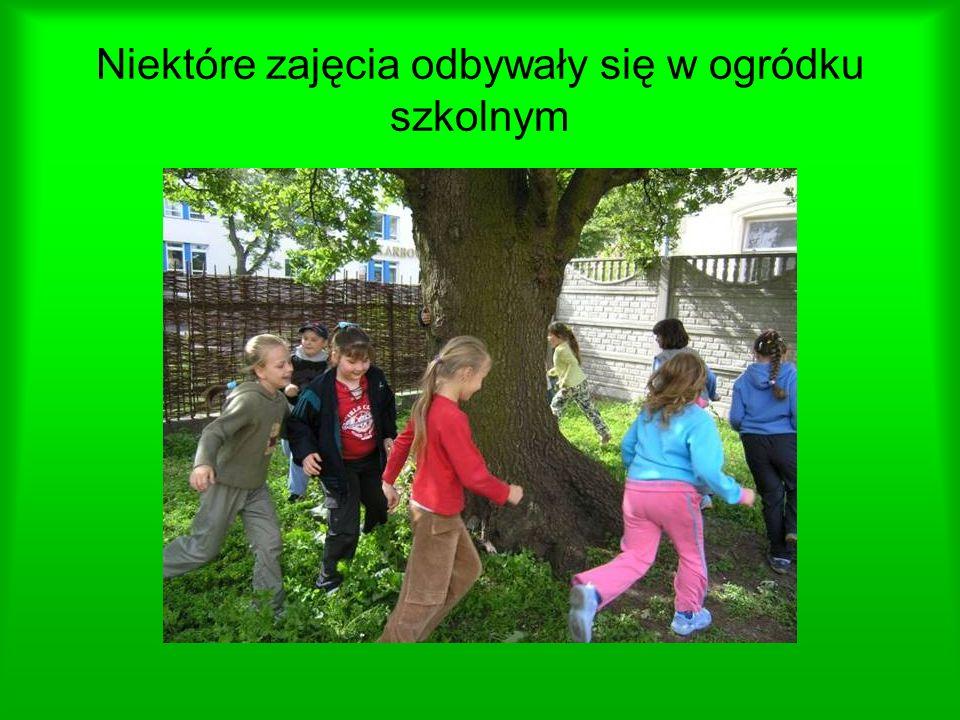Niektóre zajęcia odbywały się w ogródku szkolnym