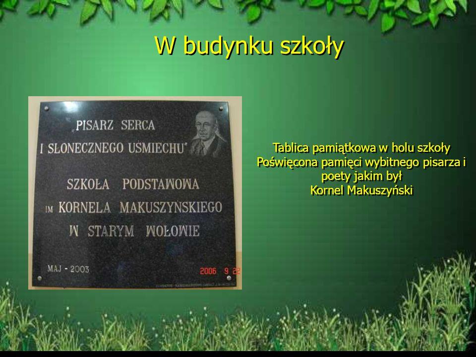 Tablice pamiątkowe Tablica pamiątkowa na bryle granitu Ufundowana przez Radę Rodziców Z sentencją autorstwa Kornela Makuszyńskiego Tablica pamiątkowa