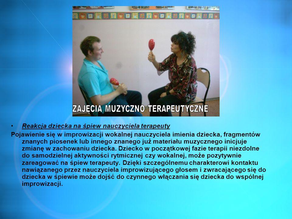 Reakcja dziecka na śpiew nauczyciela terapeuty Pojawienie się w improwizacji wokalnej nauczyciela imienia dziecka, fragmentów znanych piosenek lub inn