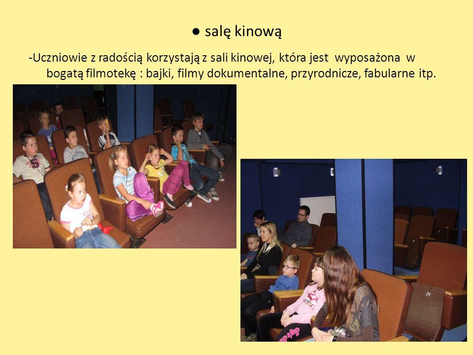 salę kinową -Uczniowie z radością korzystają z sali kinowej, która jest wyposażona w bogatą filmotekę : bajki, filmy dokumentalne, przyrodnicze, fabularne itp.