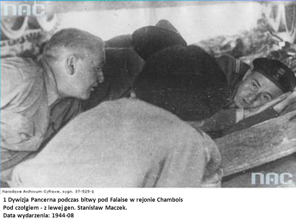 1 Dywizja Pancerna podczas bitwy pod Falaise w rejonie Chambois Pod czołgiem - z lewej gen. Stanisław Maczek. Data wydarzenia: 1944-08
