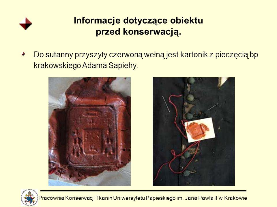 Informacje dotyczące obiektu przed konserwacją. Do sutanny przyszyty czerwoną wełną jest kartonik z pieczęcią bp krakowskiego Adama Sapiehy. Pracownia