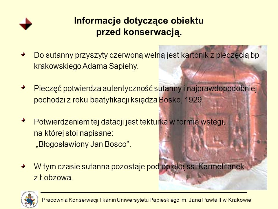 Informacje dotyczące obiektu przed konserwacją. Do sutanny przyszyty czerwoną wełną jest kartonik z pieczęcią bp krakowskiego Adama Sapiehy. Pieczęć p