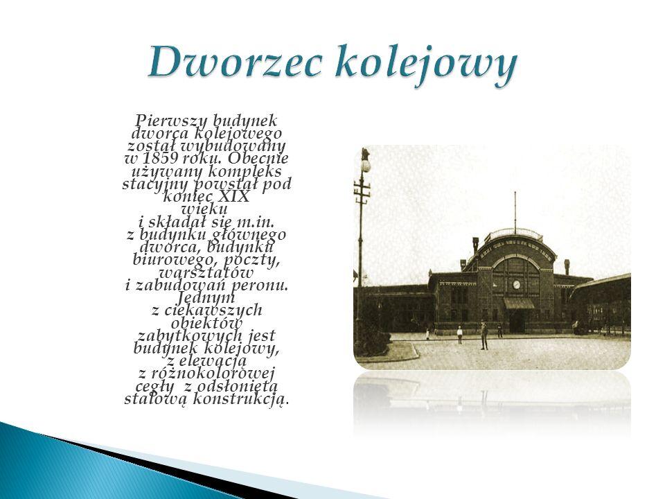 Pierwszy budynek dworca kolejowego został wybudowany w 1859 roku. Obecnie używany kompleks stacyjny powstał pod koniec XIX wieku i składał się m.in. z