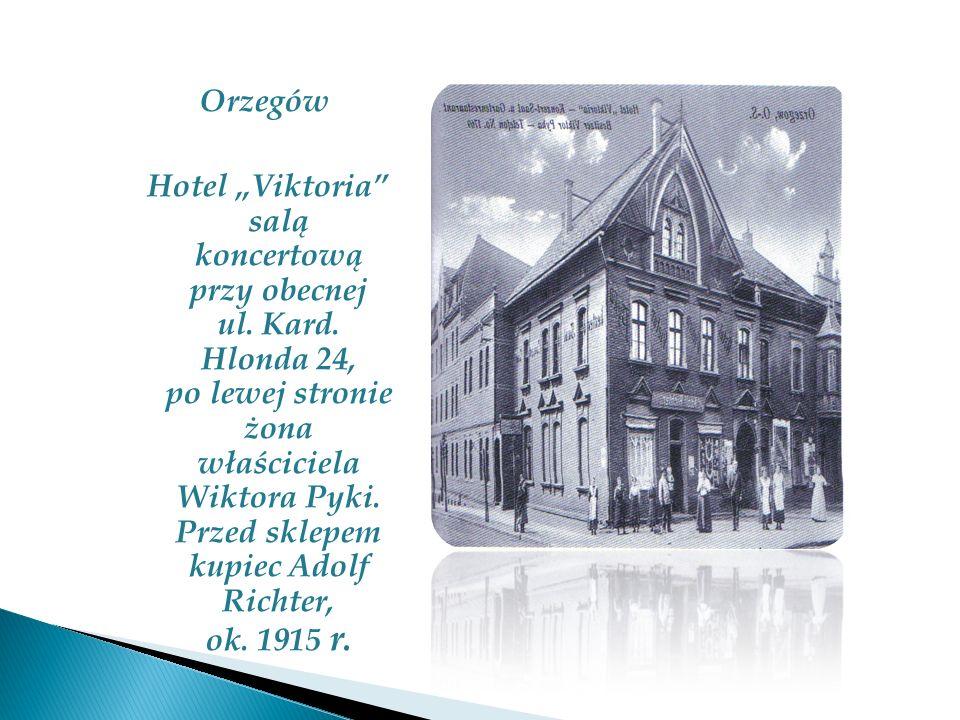 Orzegów Hotel Viktoria salą koncertową przy obecnej ul. Kard. Hlonda 24, po lewej stronie żona właściciela Wiktora Pyki. Przed sklepem kupiec Adolf Ri