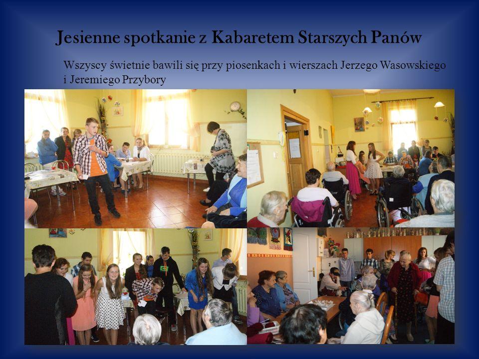 Jesienne spotkanie z Kabaretem Starszych Panów Wszyscy świetnie bawili się przy piosenkach i wierszach Jerzego Wasowskiego i Jeremiego Przybory