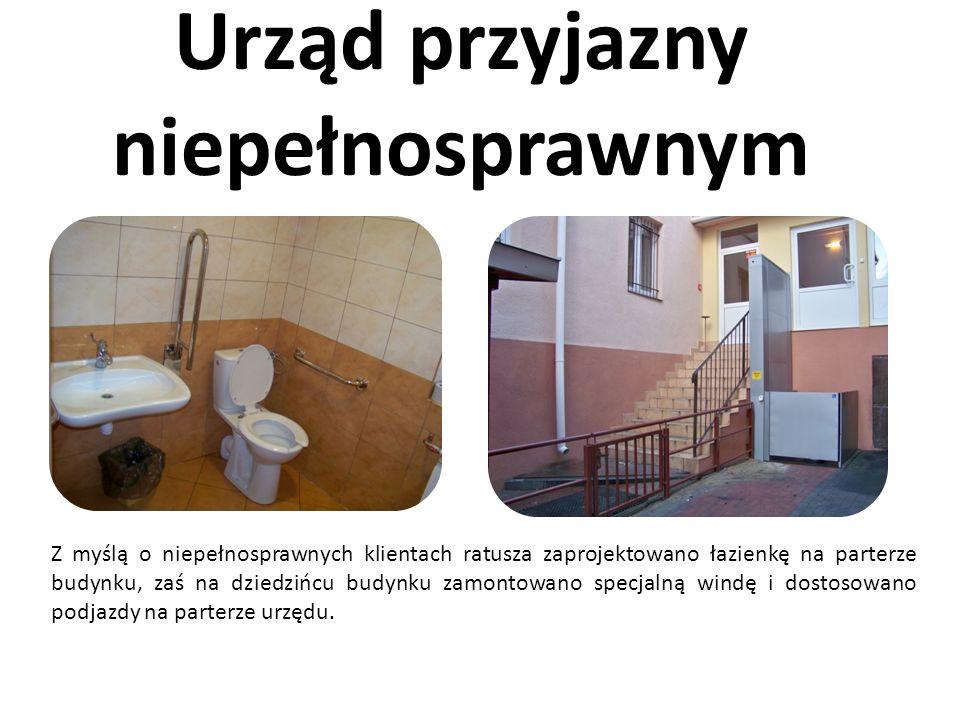 Urząd przyjazny niepełnosprawnym Z myślą o niepełnosprawnych klientach ratusza zaprojektowano łazienkę na parterze budynku, zaś na dziedzińcu budynku zamontowano specjalną windę i dostosowano podjazdy na parterze urzędu.