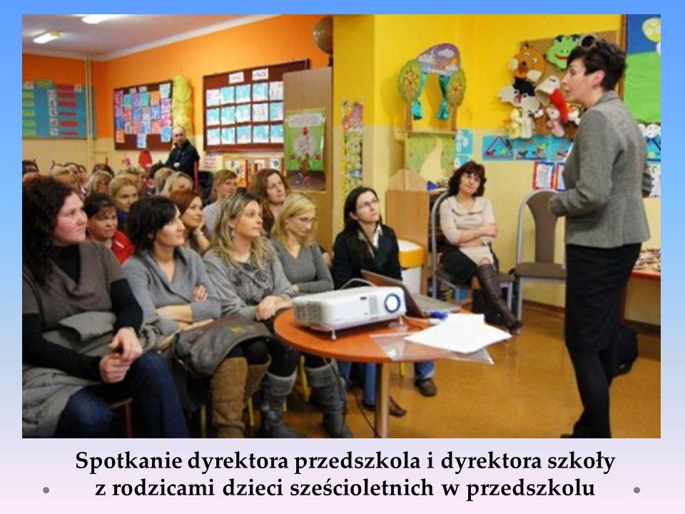 Spotkanie dyrektora przedszkola i dyrektora szkoły z rodzicami dzieci sześcioletnich w przedszkolu