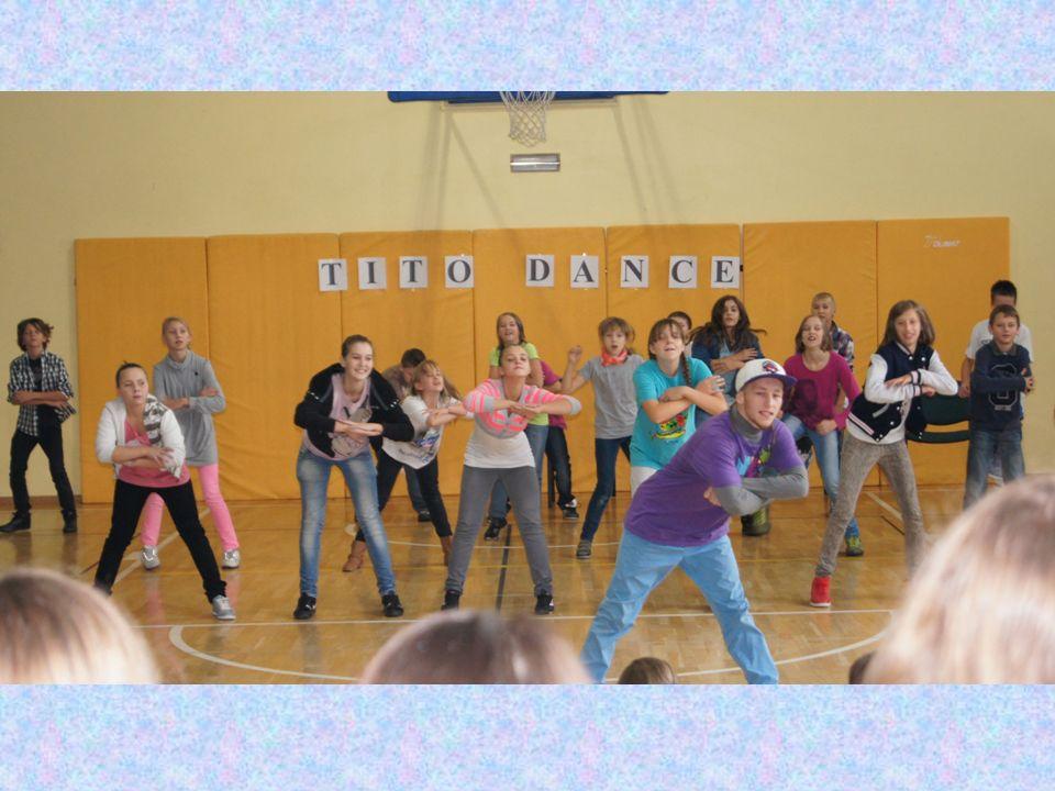 TITO zachęcał do aktywności fizycznej poprzez taniec i zapraszał chętnych uczniów do czynnego udziału