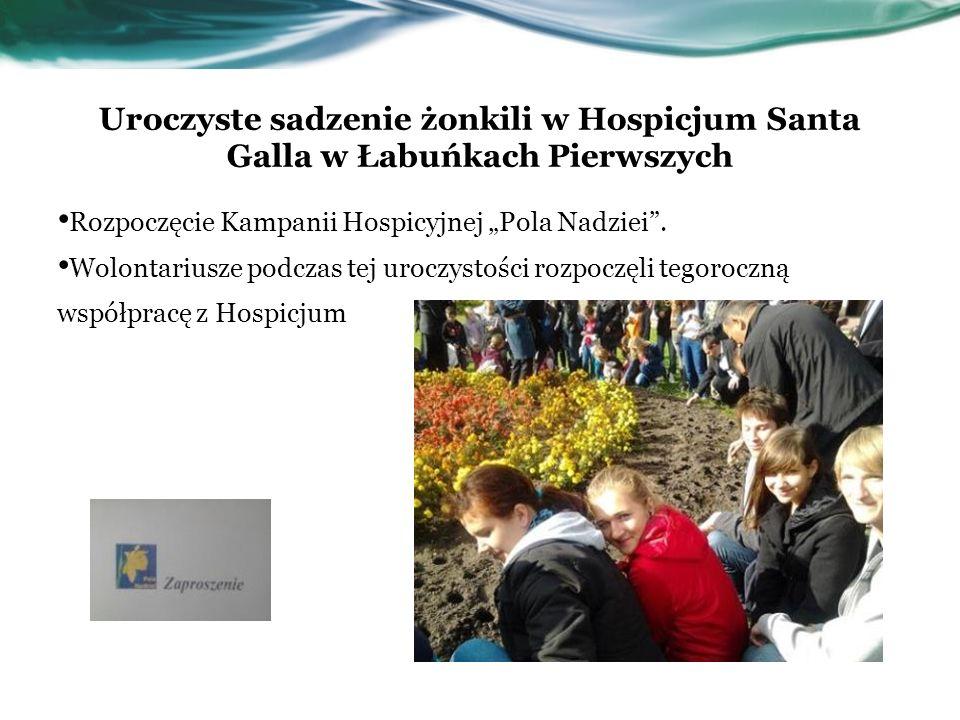 Uroczyste sadzenie żonkili w Hospicjum Santa Galla w Łabuńkach Pierwszych Rozpoczęcie Kampanii Hospicyjnej Pola Nadziei. Wolontariusze podczas tej uro