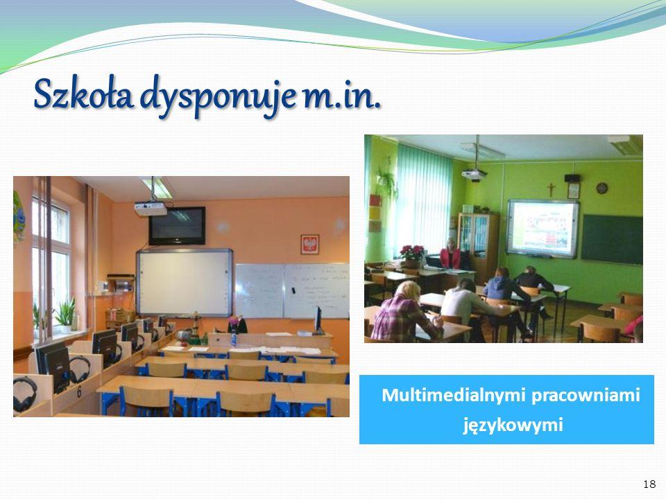 Szkoła dysponuje m.in. Centrum multimedialnym Biblioteką 19