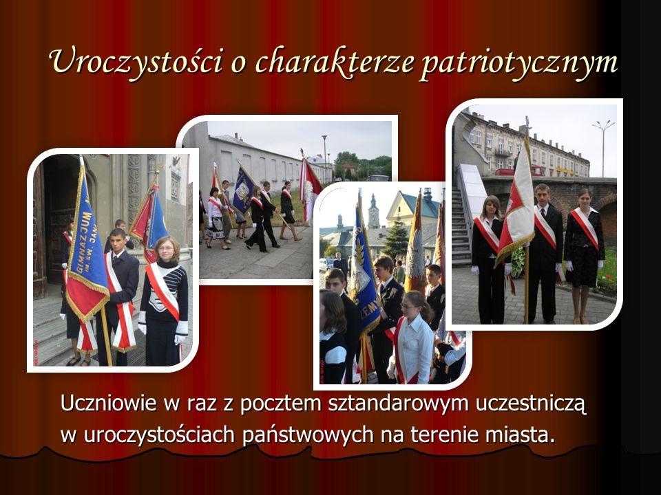 Uroczystości o charakterze patriotycznym Uczniowie w raz z pocztem sztandarowym uczestniczą Uczniowie w raz z pocztem sztandarowym uczestniczą w urocz