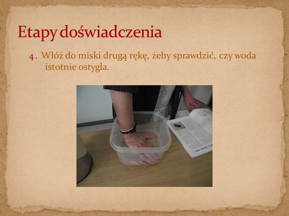 4. Włóż do miski drugą rękę, żeby sprawdzić, czy woda istotnie ostygła.
