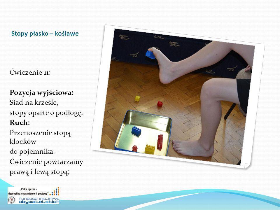 Stopy płasko – koślawe Ćwiczenie 11: Pozycja wyjściowa: Siad na krześle, stopy oparte o podłogę, Ruch: Przenoszenie stopą klocków do pojemnika.