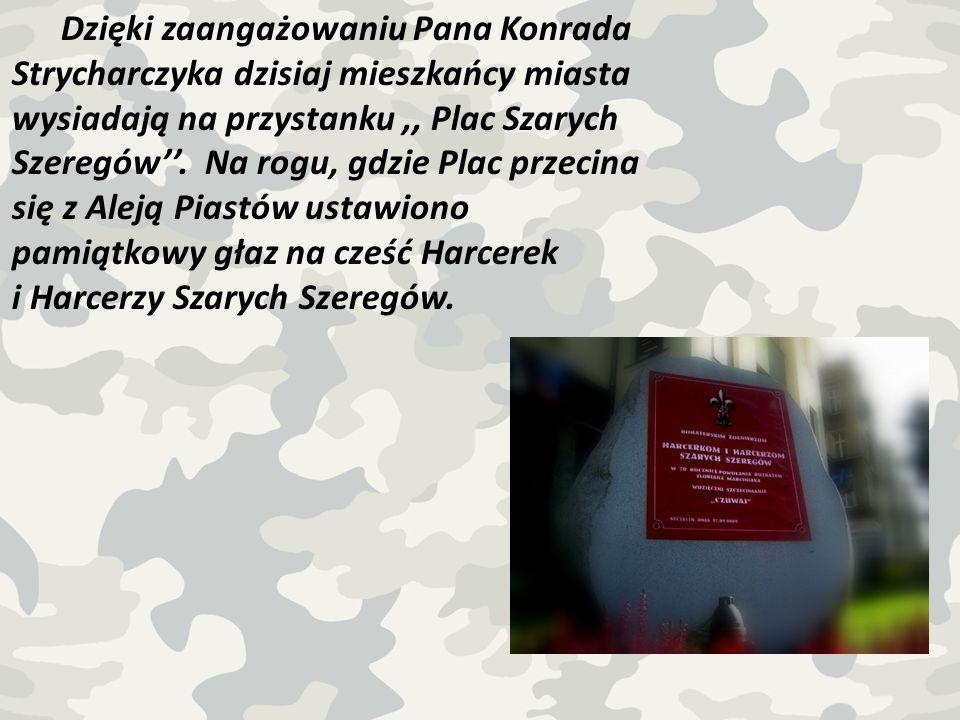 Dzięki zaangażowaniu Pana Konrada Strycharczyka dzisiaj mieszkańcy miasta wysiadają na przystanku,, Plac Szarych Szeregów. Na rogu, gdzie Plac przecin