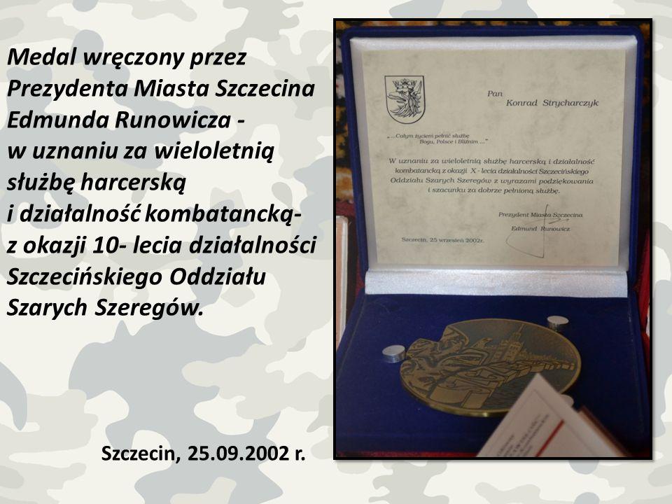 Medal wręczony przez Prezydenta Miasta Szczecina Edmunda Runowicza - w uznaniu za wieloletnią służbę harcerską i działalność kombatancką- z okazji 10-