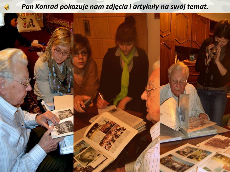 Pan Konrad pokazuje nam zdjęcia i artykuły na swój temat.
