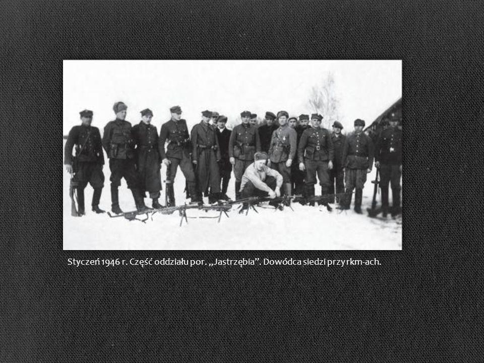 Styczeń 1946 r. Część oddziału por. Jastrzębia. Dowódca siedzi przy rkm-ach.