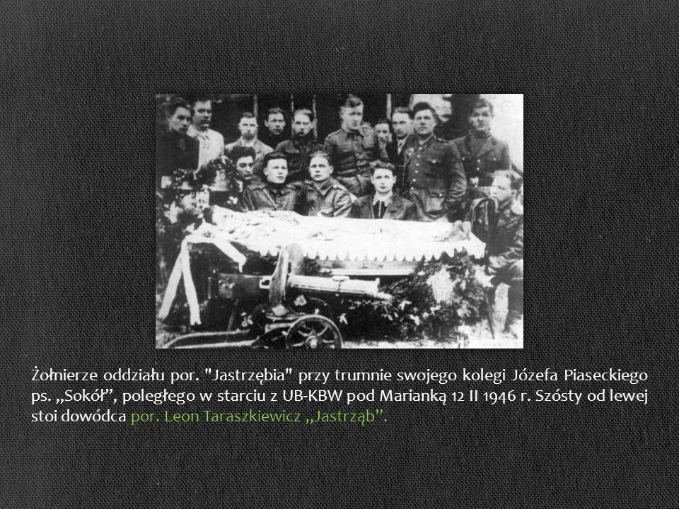 Żołnierze oddziału por. Jastrzębia przy trumnie swojego kolegi Józefa Piaseckiego ps.