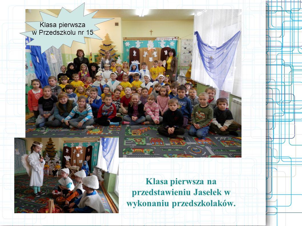 Klasa pierwsza na przedstawieniu Jasełek w wykonaniu przedszkolaków. Klasa pierwsza w Przedszkolu nr 15