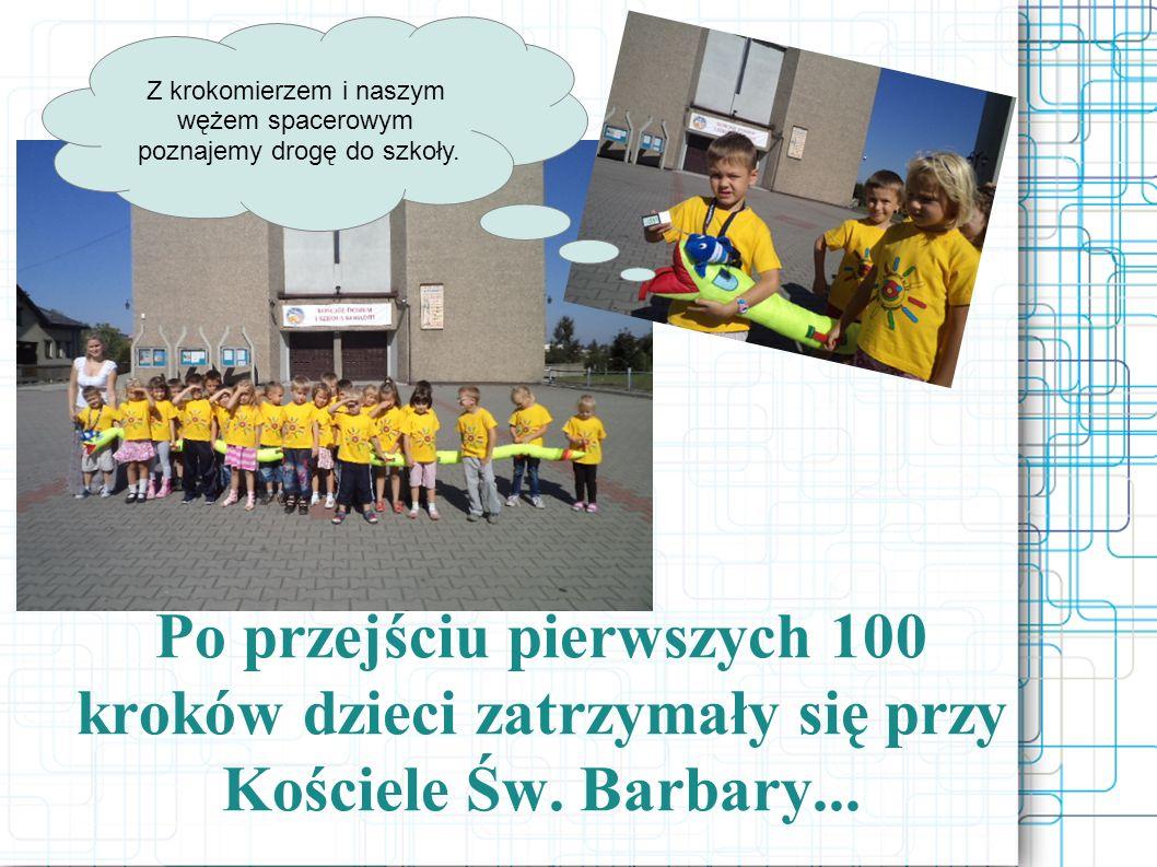 Po przejściu pierwszych 100 kroków dzieci zatrzymały się przy Kościele Św. Barbary... Z krokomierzem i naszym wężem spacerowym poznajemy drogę do szko