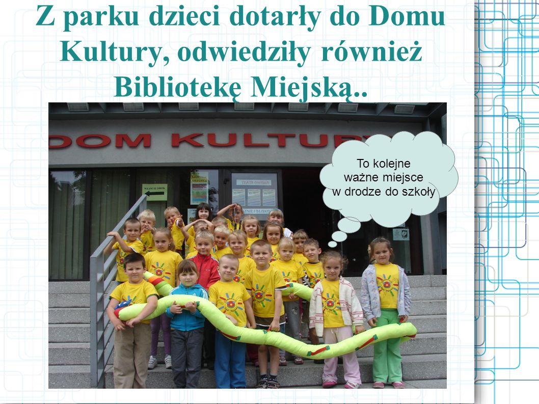Z parku dzieci dotarły do Domu Kultury, odwiedziły również Bibliotekę Miejską.. To kolejne ważne miejsce w drodze do szkoły