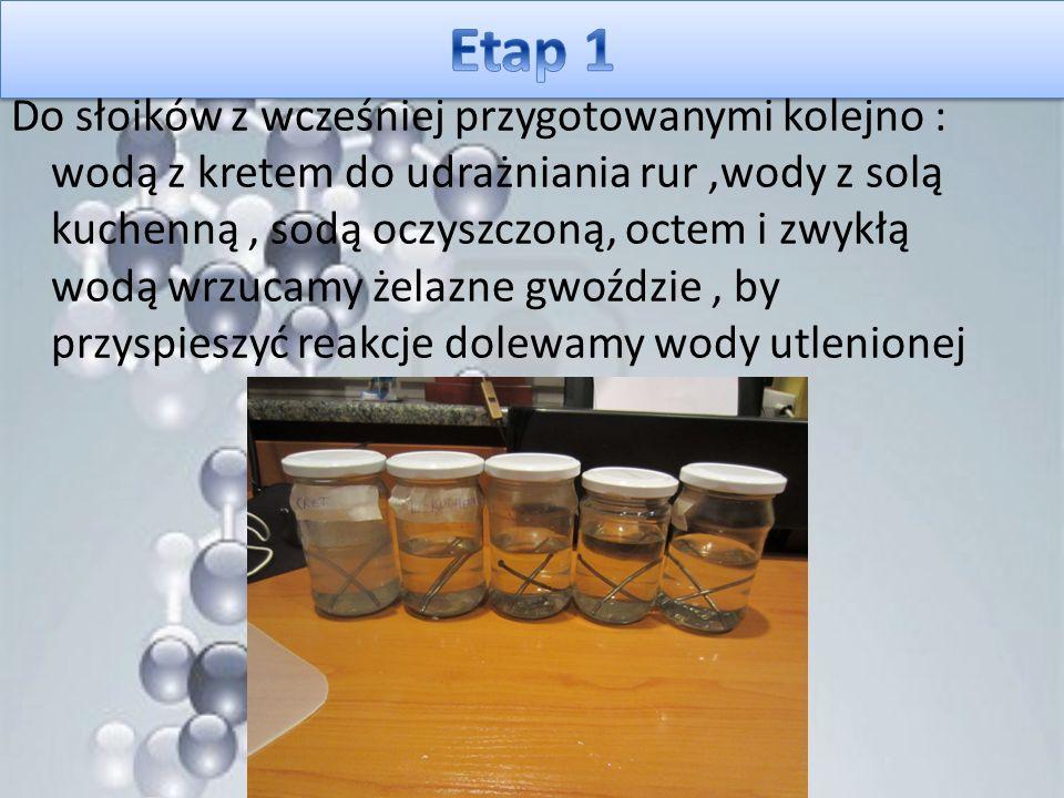 Do słoików z wcześniej przygotowanymi kolejno : wodą z kretem do udrażniania rur,wody z solą kuchenną, sodą oczyszczoną, octem i zwykłą wodą wrzucamy