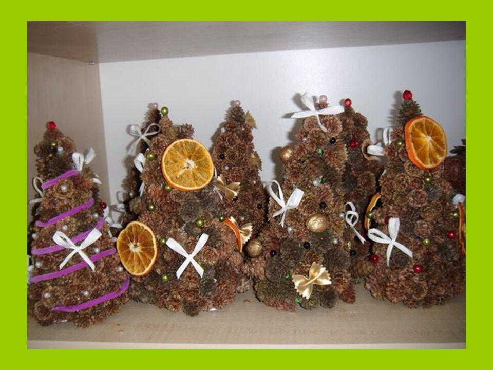Ponadto do choinek z szyszek dokleiliśmy suszone owoce przygotowane przez nasze koleżanki oraz inne ozdoby aby były bardziej