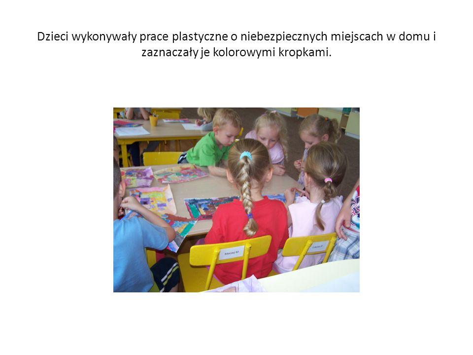 Dzieci wykonywały prace plastyczne o niebezpiecznych miejscach w domu i zaznaczały je kolorowymi kropkami.