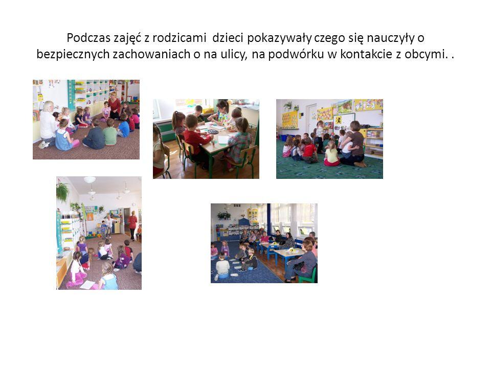 Podczas zajęć z rodzicami dzieci pokazywały czego się nauczyły o bezpiecznych zachowaniach o na ulicy, na podwórku w kontakcie z obcymi..