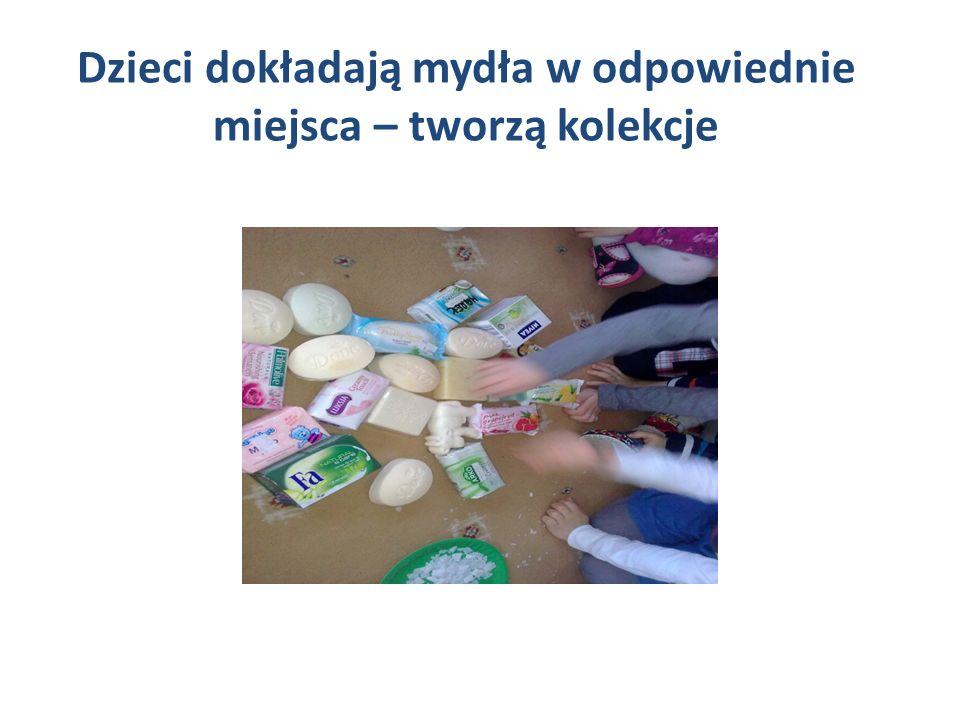 Dzieci dokładają mydła w odpowiednie miejsca – tworzą kolekcje
