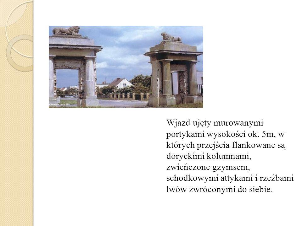 Wjazd ujęty murowanymi portykami wysokości ok. 5m, w których przejścia flankowane są doryckimi kolumnami, zwieńczone gzymsem, schodkowymi attykami i r