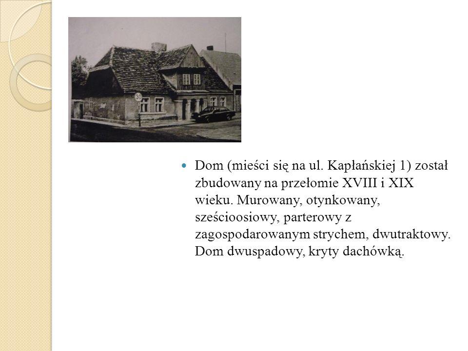 Dom (mieści się na ul. Kapłańskiej 1) został zbudowany na przełomie XVIII i XIX wieku. Murowany, otynkowany, sześcioosiowy, parterowy z zagospodarowan