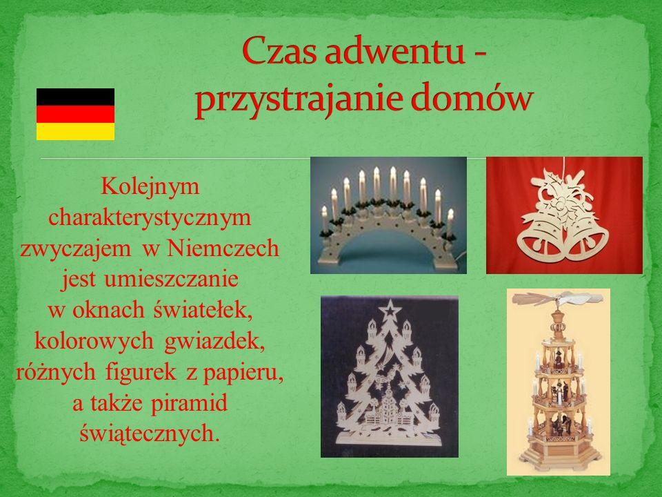 Kolejnym charakterystycznym zwyczajem w Niemczech jest umieszczanie w oknach światełek, kolorowych gwiazdek, różnych figurek z papieru, a także piramid świątecznych.