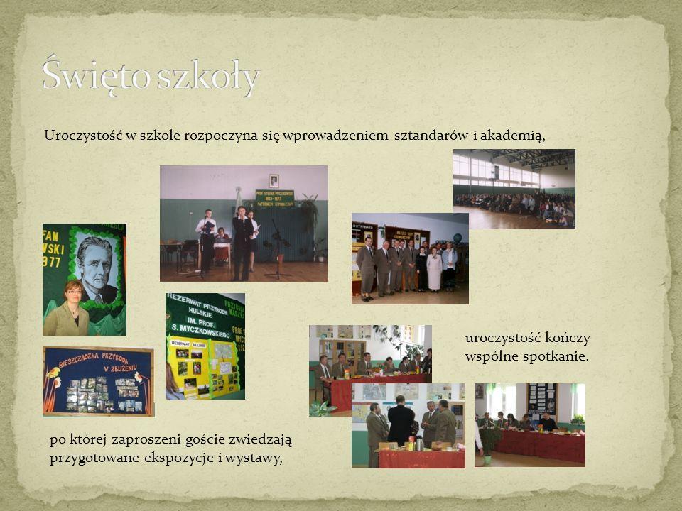 Uroczystość w szkole rozpoczyna się wprowadzeniem sztandarów i akademią, po której zaproszeni goście zwiedzają przygotowane ekspozycje i wystawy, uroczystość kończy wspólne spotkanie.