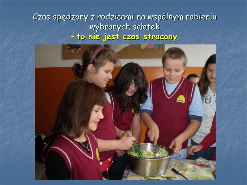 Przeprowadzony kiermasz sałatek owocowo-warzywnych z okazji Święta Szkoły pozwolił zebrać pieniądze na leki dla naszego szkolnego kolegi. To daje nam