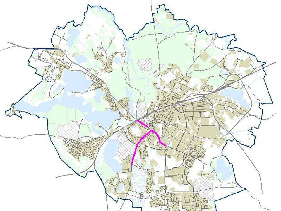 Opcja tramwajowa oparta jest na założeniu, iż ze względu na poziom zatłoczenia ulic w mieście i praktycznie niemożność wydzielenia w przestrzeni ulicznej pasów dla infrastruktury tramwajowej konieczne jest poprowadzenie nowej trasy tramwajowej, niezależnej (o ile to możliwe) od sieci ulicznej.